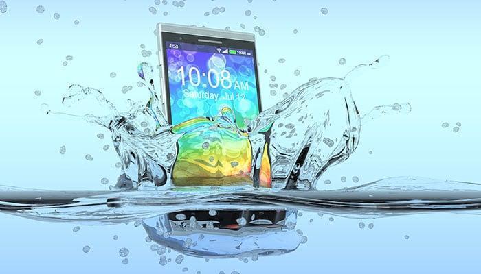3 способа восстановить залитый водой телефон